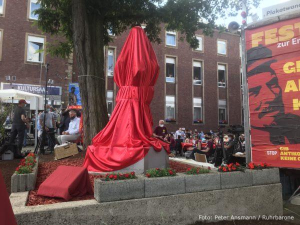Noch ist sie verhüllt: Die Lenin-Statue in Gelsenkirchen-Horst.