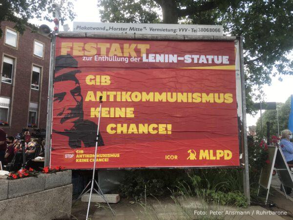 """Plakatwand vor der MLPD-Parteizentrale: """"Gib Antikommunismus keine Chance!"""""""