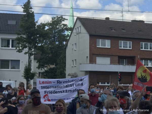 Anhänger der MLPD feiern die Aufstellung der Lenin-Statue am 20.06.2020 in Gelsenkirchen-Horst,