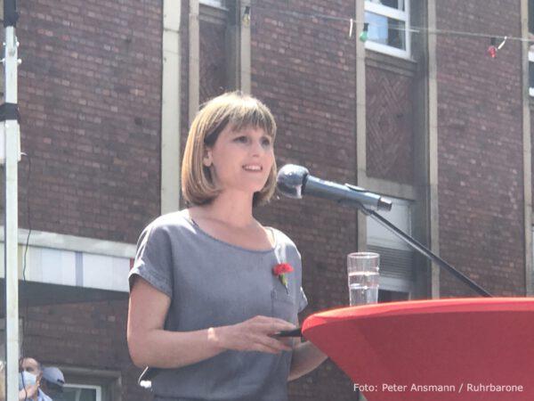 Gabi Fechtner, die Vorsitzende der MLPD, bei ihrer Rede zur Einweihung der Lenin-Statue.