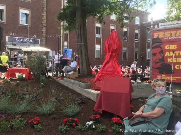 Lenin-Statue: Verhüllt