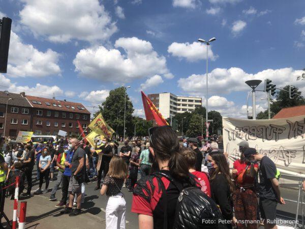 Anhänger der MLPD feiern die Aufstellung der Lenin-Statue am 20.06.2020 in Gelsenkirchen-Horst.