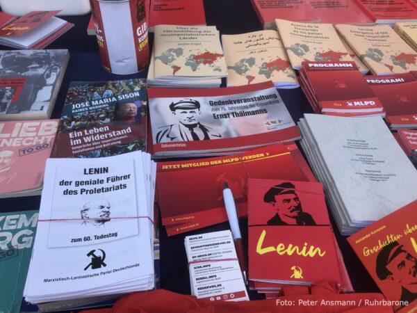 Schriften von Lenin, Taschen, sonstiger Krimskrams.